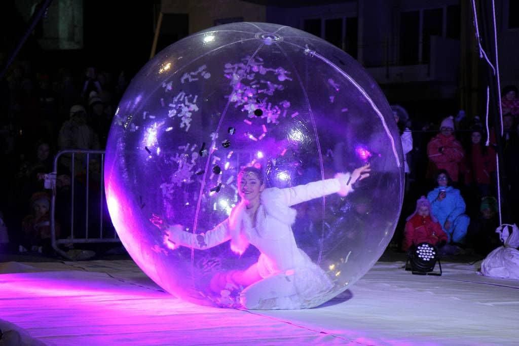 Echassiers et artistes en bulles g antes pour d ambulation for Le buro bulle